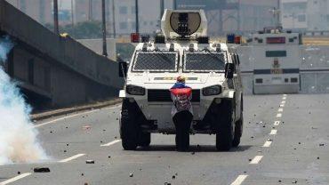 venezuela-mujer y tanqueta